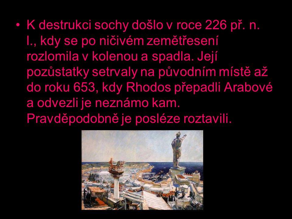 K destrukci sochy došlo v roce 226 př. n. l., kdy se po ničivém zemětřesení rozlomila v kolenou a spadla. Její pozůstatky setrvaly na původním místě a