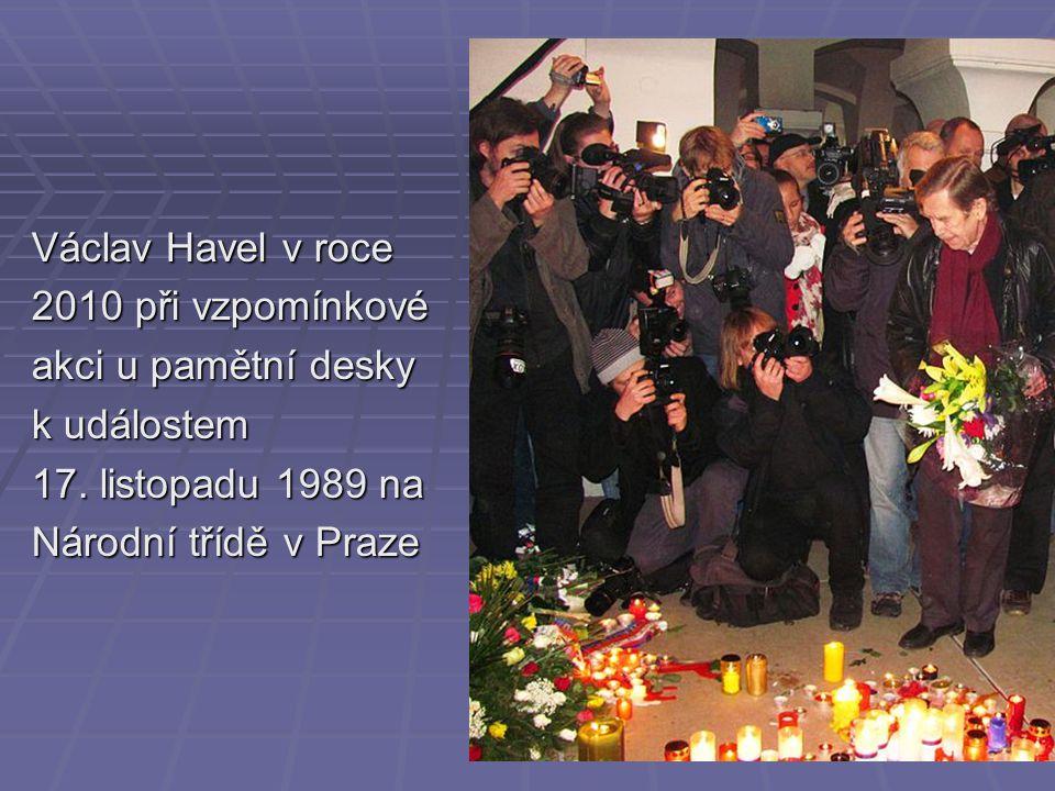 Václav Havel v roce 2010 při vzpomínkové akci u pamětní desky k událostem 17. listopadu 1989 na Národní třídě v Praze