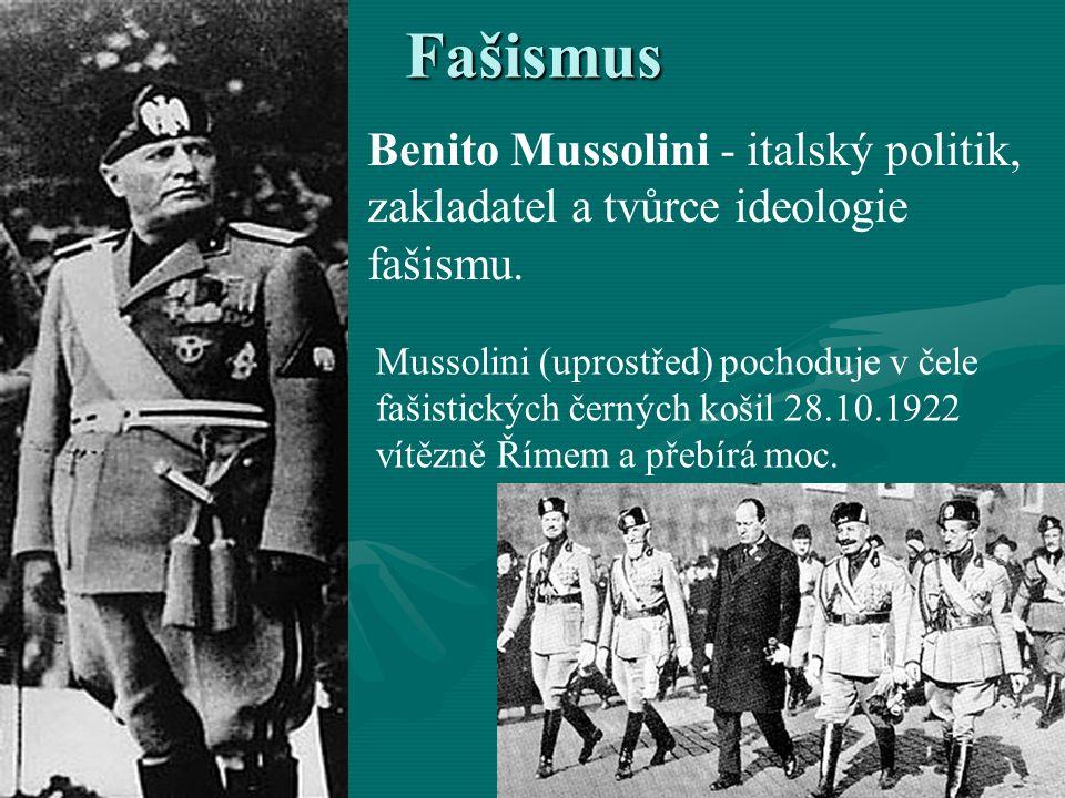 Fašismus Benito Mussolini - italský politik, zakladatel a tvůrce ideologie fašismu. Mussolini (uprostřed) pochoduje v čele fašistických černých košil