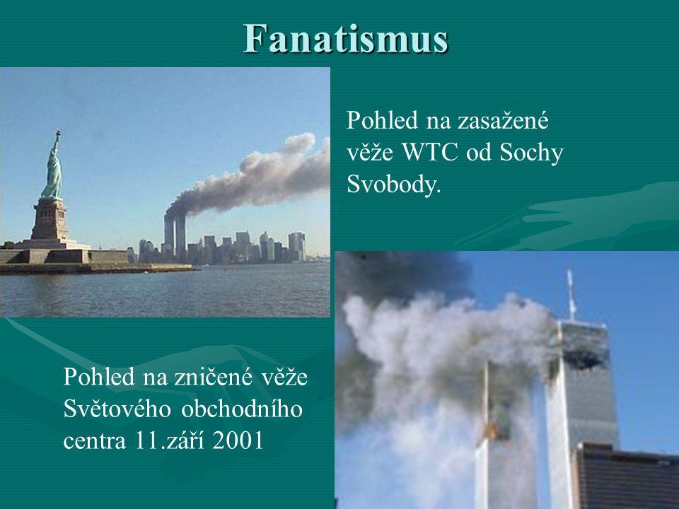 Fanatismus Pohled na zasažené věže WTC od Sochy Svobody. Pohled na zničené věže Světového obchodního centra 11.září 2001
