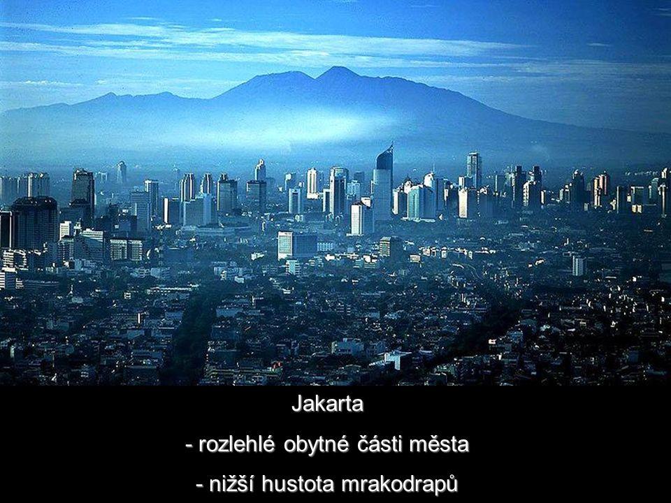 Jakarta - rozlehlé obytné části města - nižší hustota mrakodrapů