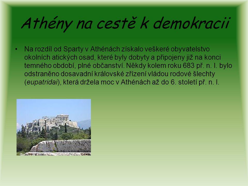 Athény na cestě k demokracii Na rozdíl od Sparty v Athénách získalo veškeré obyvatelstvo okolních atických osad, které byly dobyty a připojeny již na