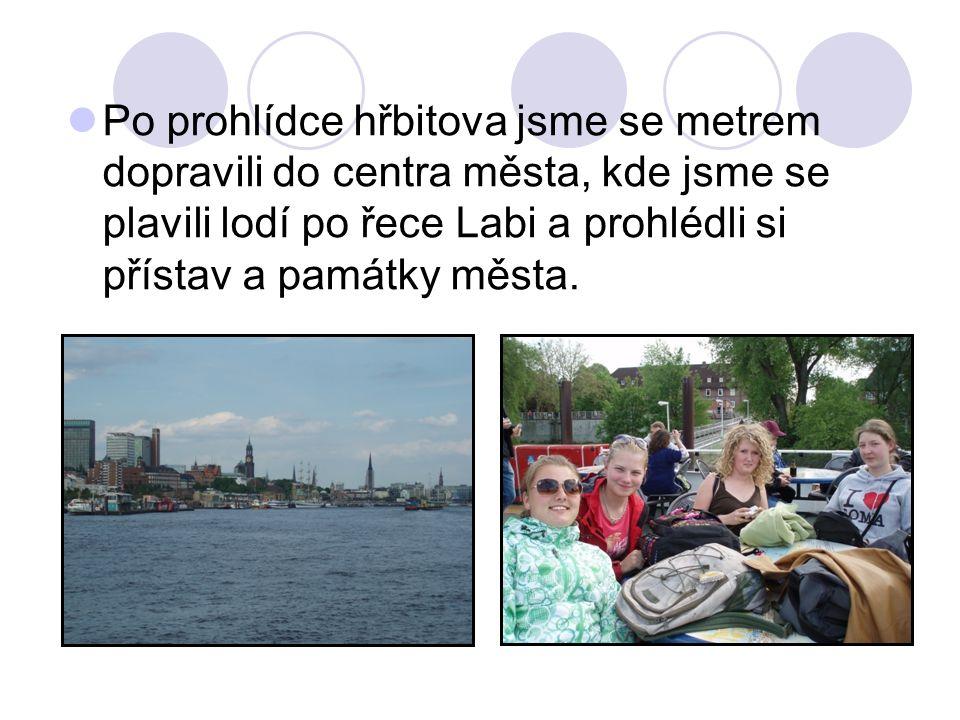 Po prohlídce hřbitova jsme se metrem dopravili do centra města, kde jsme se plavili lodí po řece Labi a prohlédli si přístav a památky města.