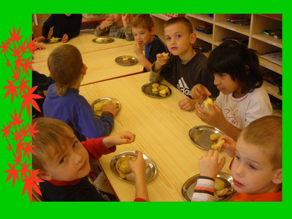 SLUNÍČKA Děti ze Sluníček pozvaly rodiče a společně si upekli bramborové placky, které dříve pekly naše babičky.
