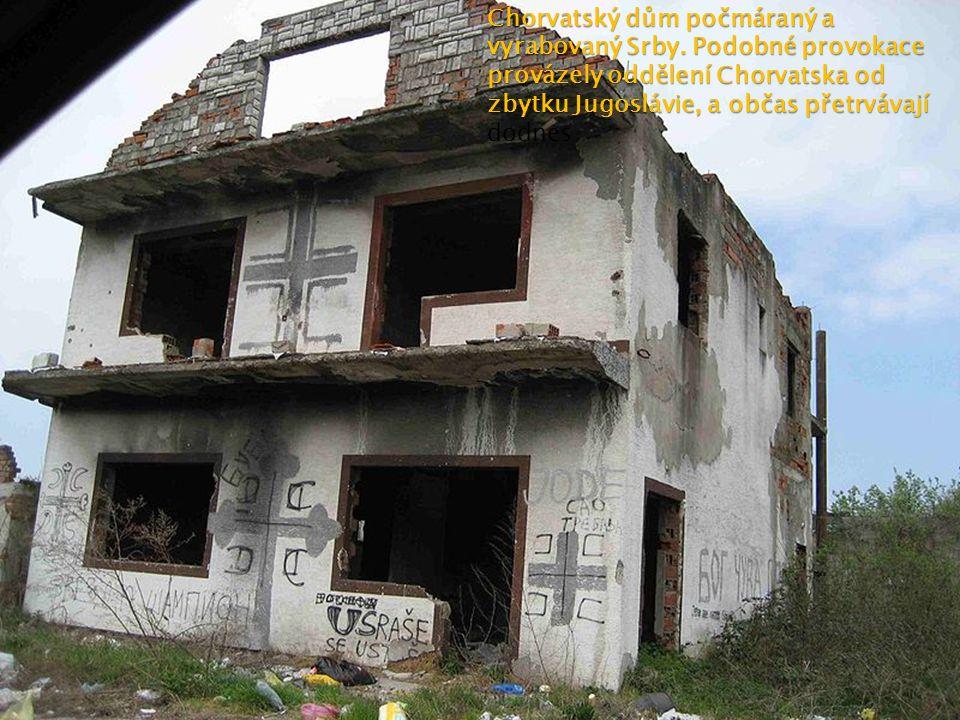 Chorvatský dům počmáraný a vyrabovaný Srby. Podobné provokace provázely oddělení Chorvatska od zbytku Jugoslávie, a občas přetrvávají Chorvatský dům p