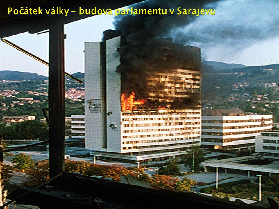 Počátek války – budova parlamentu v Sarajevu