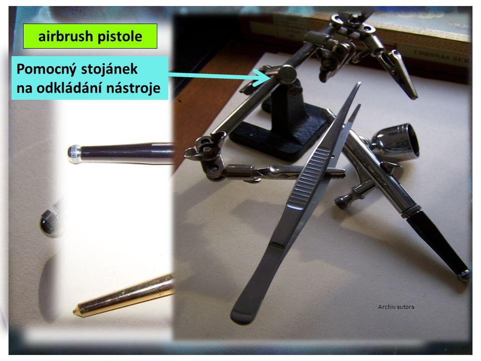 ©c.zuk Archiv autora airbrush pistole Velikost hrotu pistolí určuje hustotu i šířku rozstřiku barvy Archiv autora Pomocný stojánek na odkládání nástroje Archiv autora