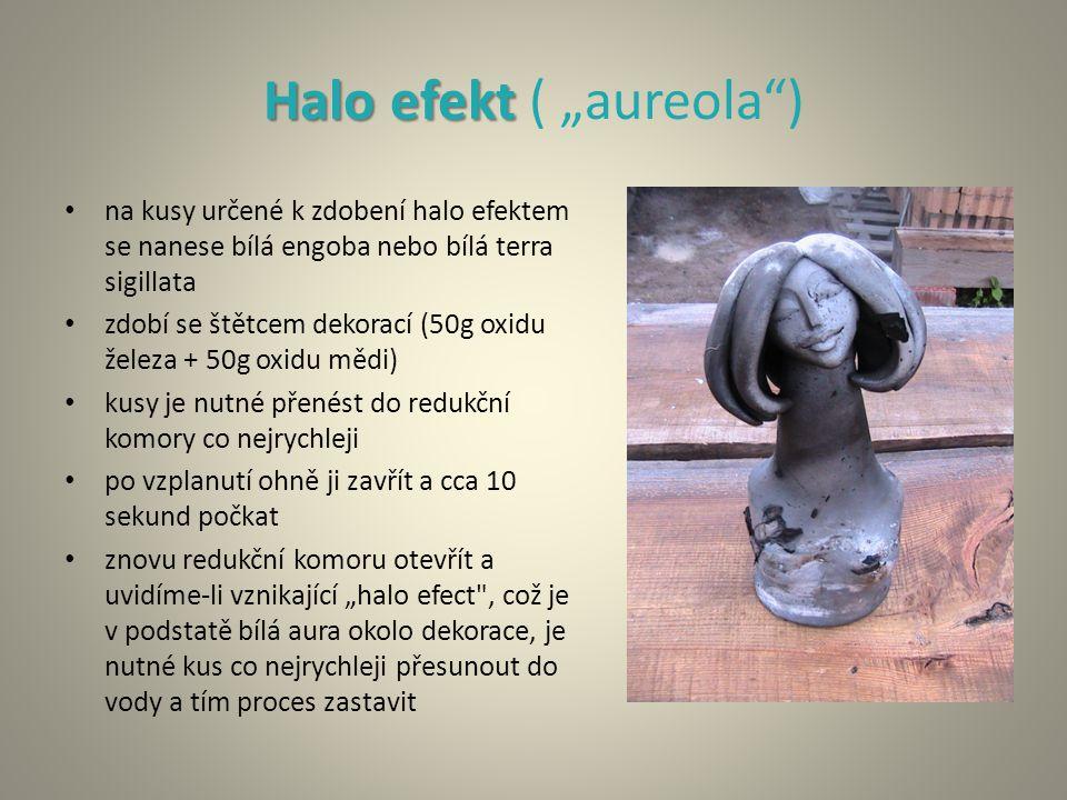 """Halo efekt Halo efekt ( """"aureola"""") na kusy určené k zdobení halo efektem se nanese bílá engoba nebo bílá terra sigillata zdobí se štětcem dekorací (50"""