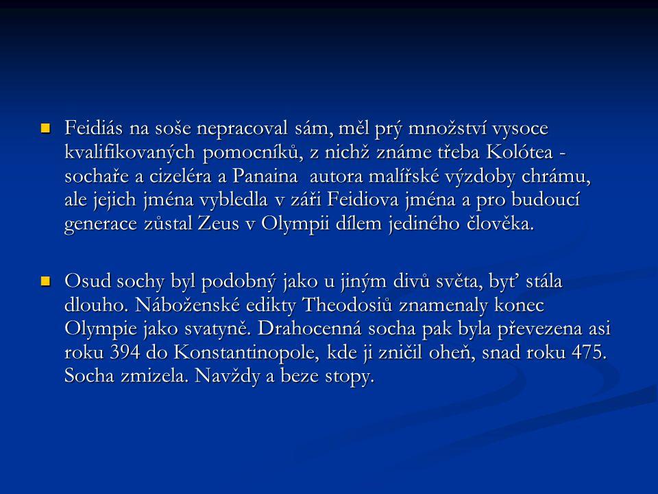 Feidiás na soše nepracoval sám, měl prý množství vysoce kvalifikovaných pomocníků, z nichž známe třeba Kolótea - sochaře a cizeléra a Panaina autora m