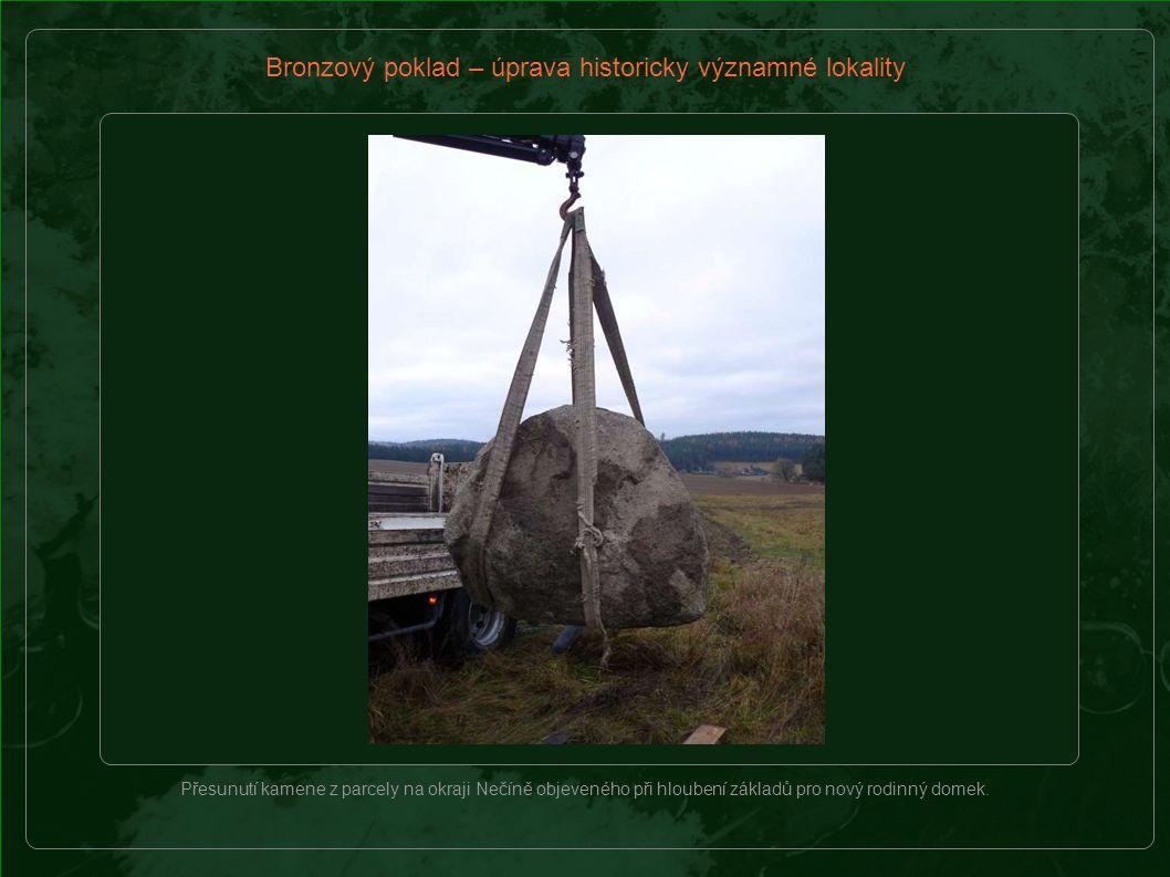 Bronzový poklad – úprava historicky významné lokality Přesunutí kamene z parcely na okraji Nečíně objeveného při hloubení základů pro nový rodinný domek.