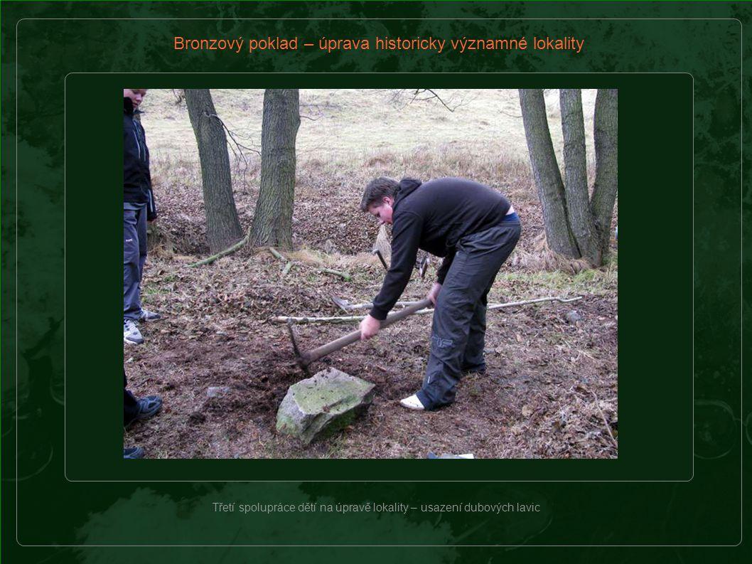 Bronzový poklad – úprava historicky významné lokality Třetí spolupráce dětí na úpravě lokality – usazení dubových lavic