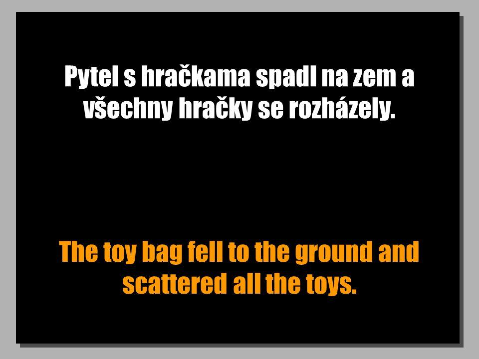 Pytel s hračkama spadl na zem a všechny hračky se rozházely.