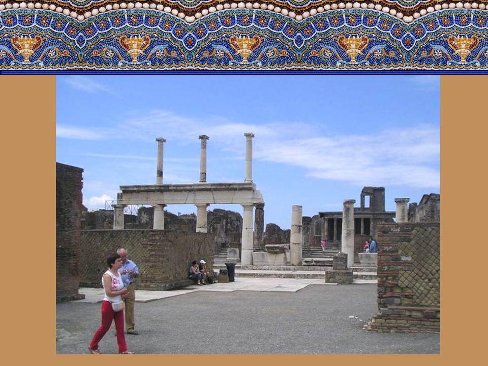 Forum- bylo srdcem veřejného, politického i ekonomického života. Okolo stály nejdůležitější veřejné budovy města. Původně bylo ohraničeno ze tří stran