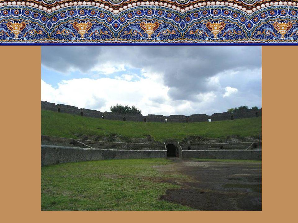 Nakonec se zastavíme u Amfiteátru. Ten byl postaven v roce 80 před Kristem, kdy se Pompeje staly římskou kolonií a stal se tak nejstarším známým amfit