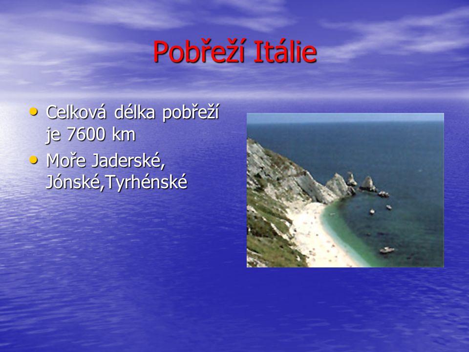 Pobřeží Itálie Celková délka pobřeží je 7600 km Celková délka pobřeží je 7600 km Moře Jaderské, Jónské,Tyrhénské Moře Jaderské, Jónské,Tyrhénské