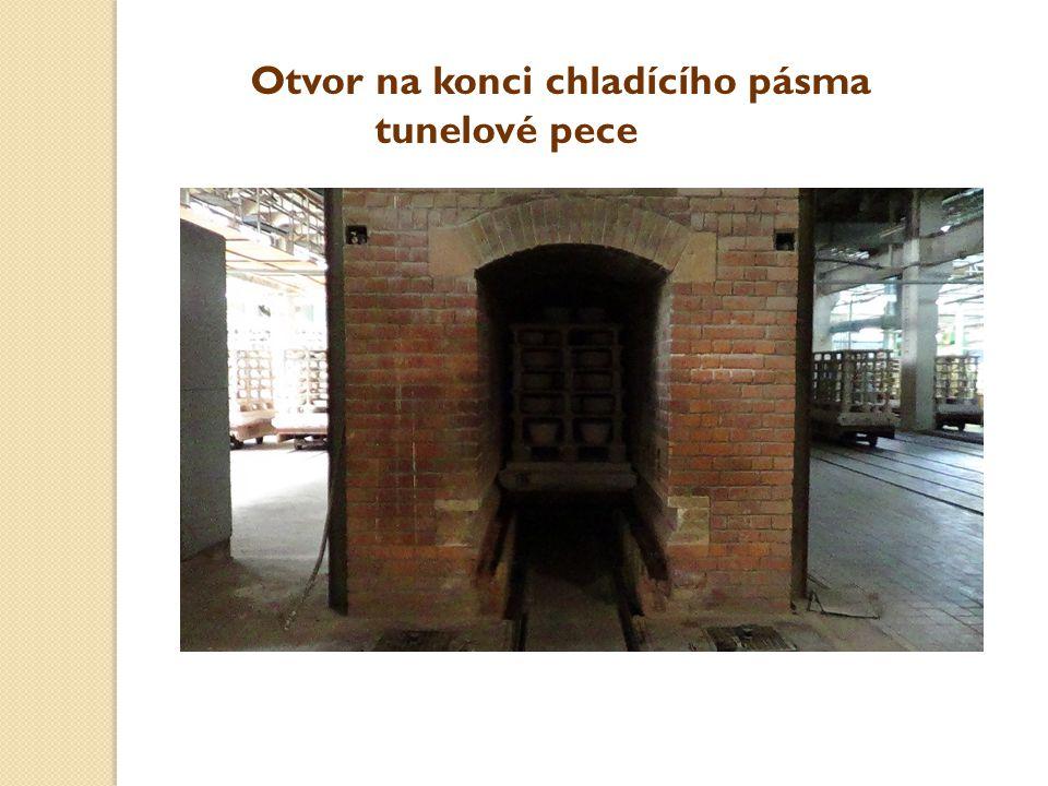 Otvor na konci chladícího pásma tunelové pece