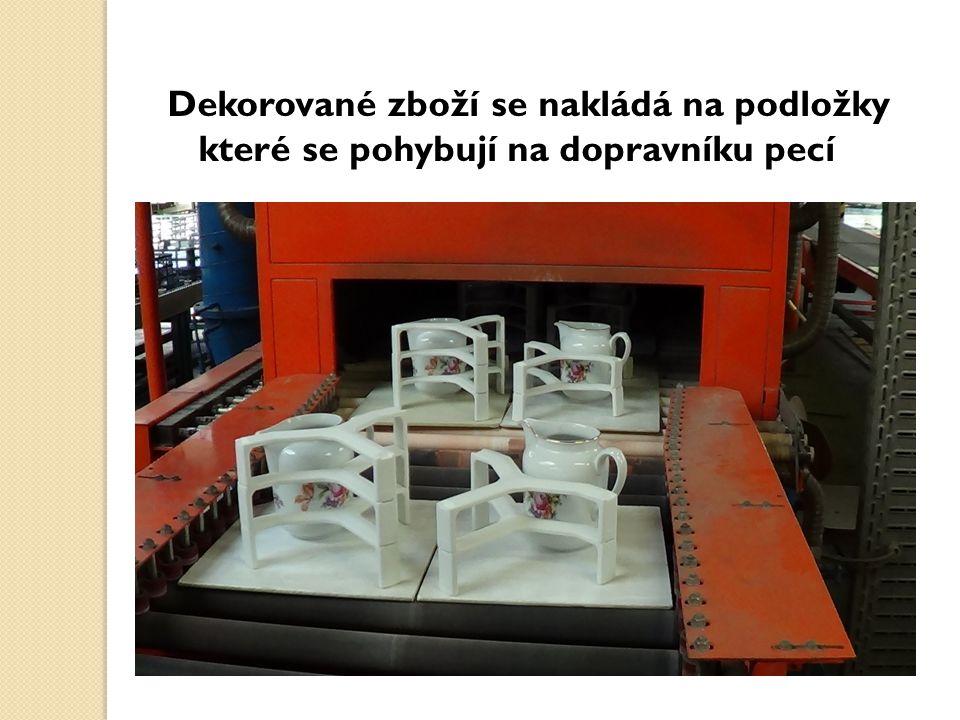 Dekorované zboží se nakládá na podložky které se pohybují na dopravníku pecí