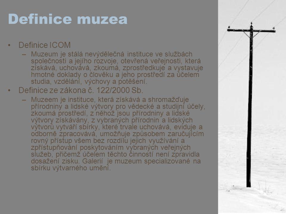 """Co se muzeem rozumí Dle Statutu ICOM: –definice muzea platí bez jakýchkoli omezení daných typem řídícího orgánu, územního dosahu, funkční struktury nebo zaměření sbírek té které instituce –Kromě institucí standardně označovaných jako """"muzea jsou do této definice zahrnuty také tyto instituce: přírodní, archeologické a etnografické památky a lokality, historické památky a místa muzejní povahy, které shromažďují, uchovávají a zprostředkují materiální doklady o člověku a jeho prostředí; instituce, které uchovávají a vystavují živé exempláře rostlin a zvířat, jako jsou botanické a zoologické zahrady, akvária a vivária; střediska vědy a techniky a planetária; neziskové galerie umění; restaurátorské ústavy a výstavní síně, které jsou stálou součástí knihoven a archivů; přírodní rezervace; mezinárodní, národní, regionální či lokální muzejní organizace, ministerstva, jejich sekce nebo veřejné agentury řídící muzea v duchu definice uvedené v tomto článku; neziskové instituce nebo organizace zabývající se restaurováním, vědecko-výzkumnou činností, výchovně-vzdělávací činností, vzděláváním pracovníků, dokumentací a jinou činností vztahující se k muzeím a muzeologii; kulturní střediska a jiné organizační jednotky, které se věnují péčí o hmotné a nehmotné zdroje kulturního dědictví, jejich uchováním a správou (živé dědictví a digitální tvůrčí činnost); takové další instituce, o nichž výkonná rada ICOM po poradě s poradním sborem rozhodne, že mají některé či všechny rysy muzea, nebo napomáhají muzeím a odborným zaměstnancům muzea prostřednictvím muzeologického výzkumu, výchovy a vzdělávání."""