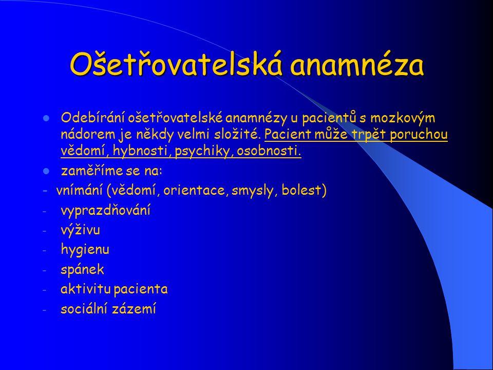 Předoperační příprava spolupráce s lékařem - kontrolujeme laboratorní vyšetření, odběr krve na PZ - informace o vyšetření a operačním výkonu podává lékař - kontrola FF, stavu vědomí, reakce a velikosti zornic - příprava operačního pole - zajištění invazivních vstupů - CŽK, PŽK - hygiena pacienta - podání očistného klyzma - podání premedikace dle anesteziologa - podání antiedematik, antiepileptik, antihypertenziv, analgetik dle ordinací lékaře - lačný od půlnoci