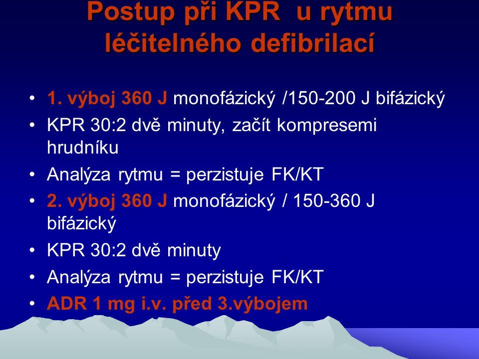 Postup při KPR u rytmu léčitelného defibrilací 1. výboj 360 J monofázický /150-200 J bifázický KPR 30:2 dvě minuty, začít kompresemi hrudníku Analýza