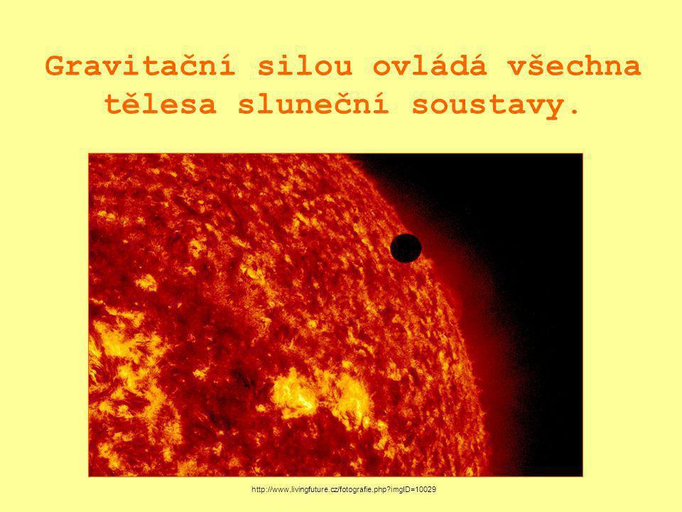Gravitační silou ovládá všechna tělesa sluneční soustavy.