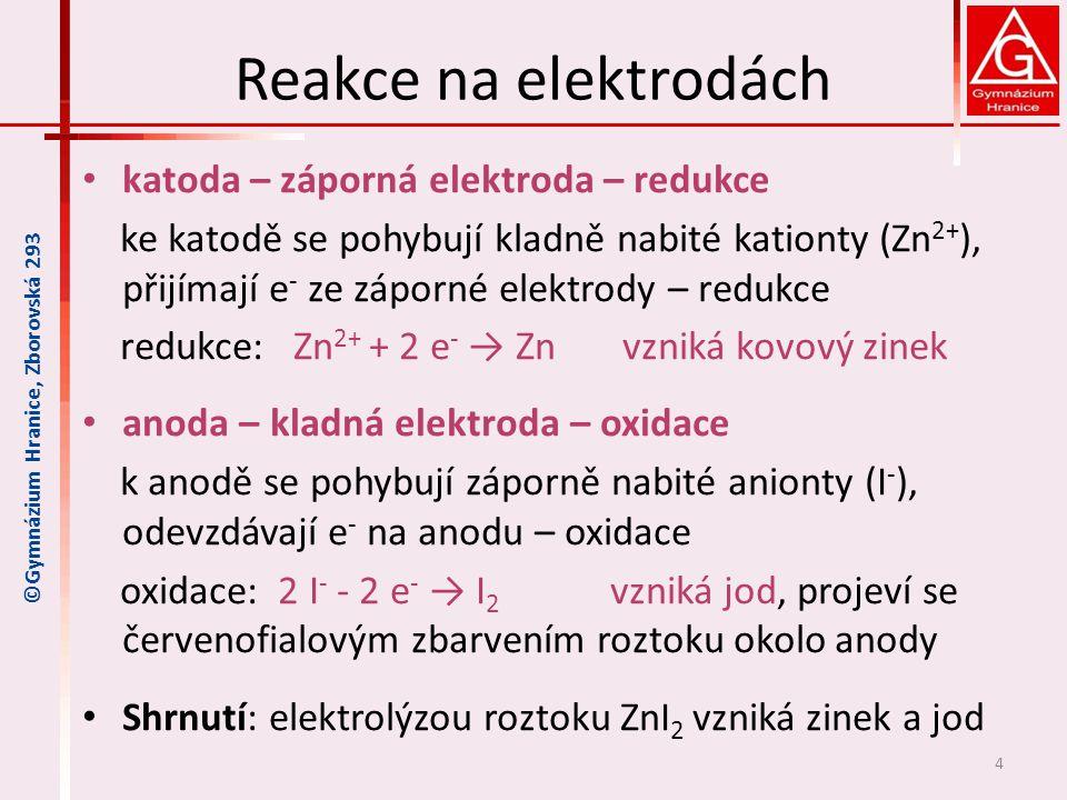 Reakce na elektrodách katoda – záporná elektroda – redukce ke katodě se pohybují kladně nabité kationty (Zn 2+ ), přijímají e - ze záporné elektrody –