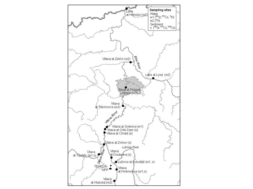 Časová závislost ročních průměrných hmotnostních aktivit cesia 137 (A1) a cesia 134 (A2) ve dnových sedimentech nádrže Orlík a v přítocích a hodnoty podílů hmotnostních aktivit radioizotopů cesia (A1/A2) podle měření v terénu a na základě výpočtu dle jejich zastoupení ve směsi při havárii v Černobylu