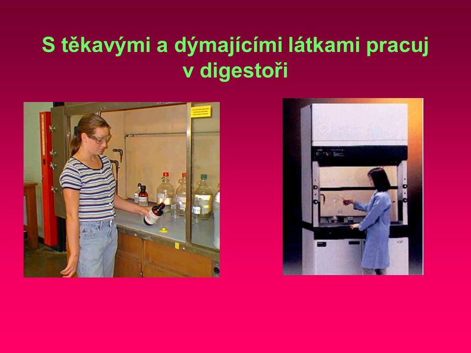 S těkavými a dýmajícími látkami pracuj v digestoři