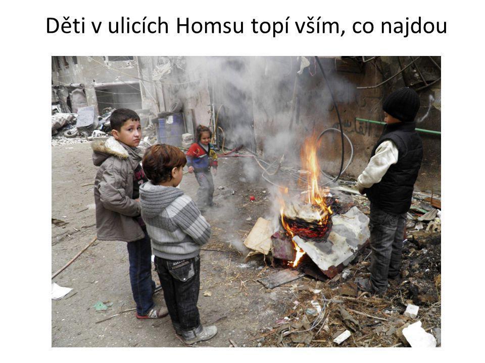 Děti v ulicích Homsu topí vším, co najdou