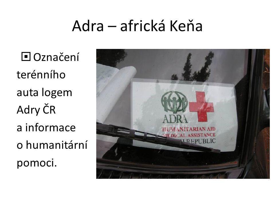 Adra – africká Keňa  Označení terénního auta logem Adry ČR a informace o humanitární pomoci.