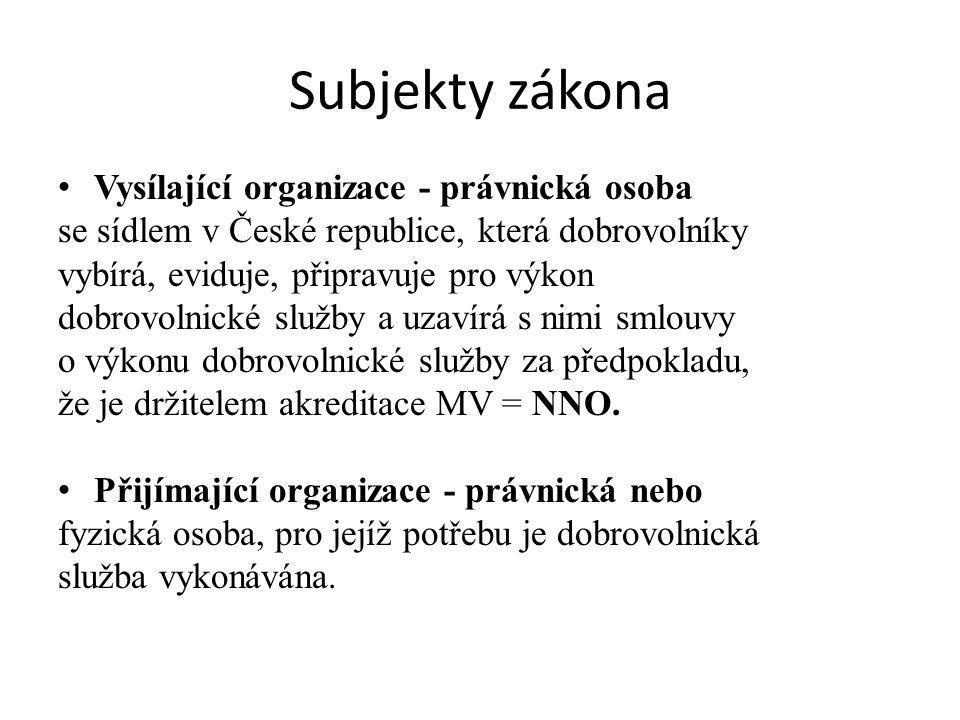 Subjekty zákona Vysílající organizace - právnická osoba se sídlem v České republice, která dobrovolníky vybírá, eviduje, připravuje pro výkon dobrovolnické služby a uzavírá s nimi smlouvy o výkonu dobrovolnické služby za předpokladu, že je držitelem akreditace MV = NNO.
