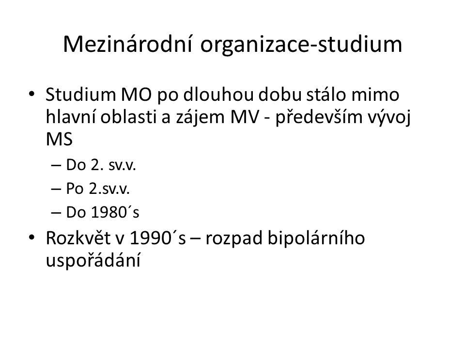 Visegrádská 4 (V4) nemá oficiální instituce – jediná instituce-Mezinárodní vyšehradský fond- finance (sídlo Bratislava) princip přirozené spolupráce – 1x ročně střetávání hlav států ideologie V4 – plán V4 + 2 (Slovinsko, Rakousko) – lokální problémy-vnitřní politika, hranice, emigrace