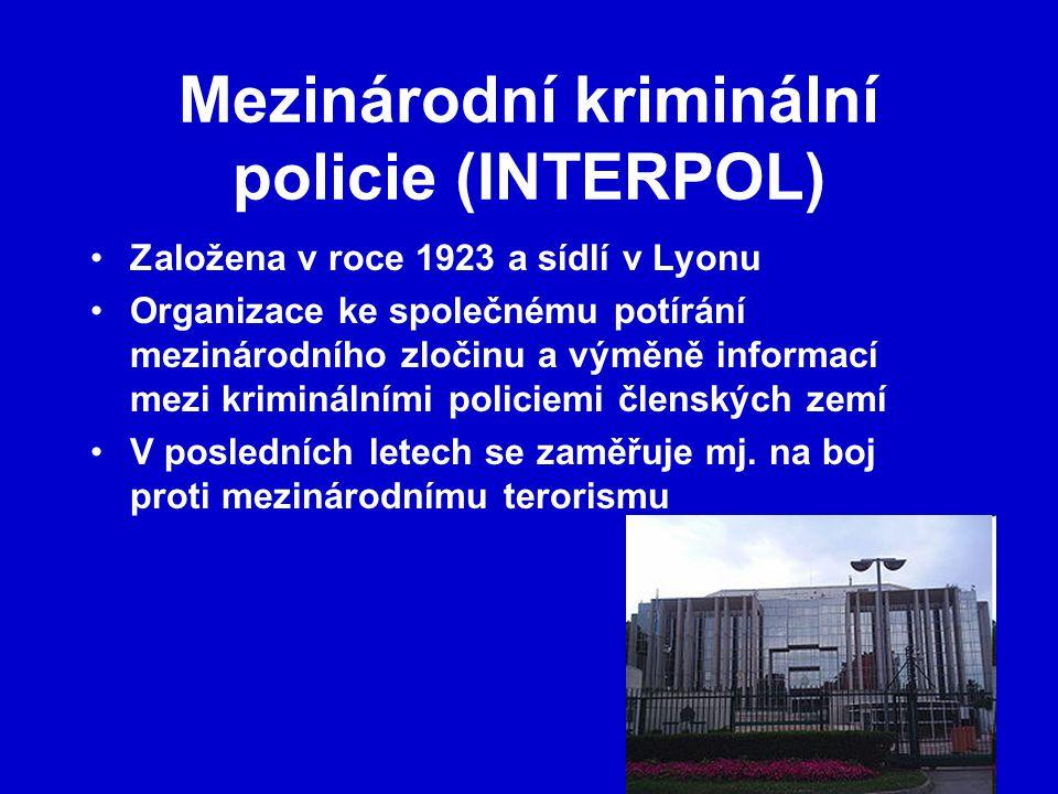Mezinárodní kriminální policie (INTERPOL) Založena v roce 1923 a sídlí v Lyonu Organizace ke společnému potírání mezinárodního zločinu a výměně informací mezi kriminálními policiemi členských zemí V posledních letech se zaměřuje mj.