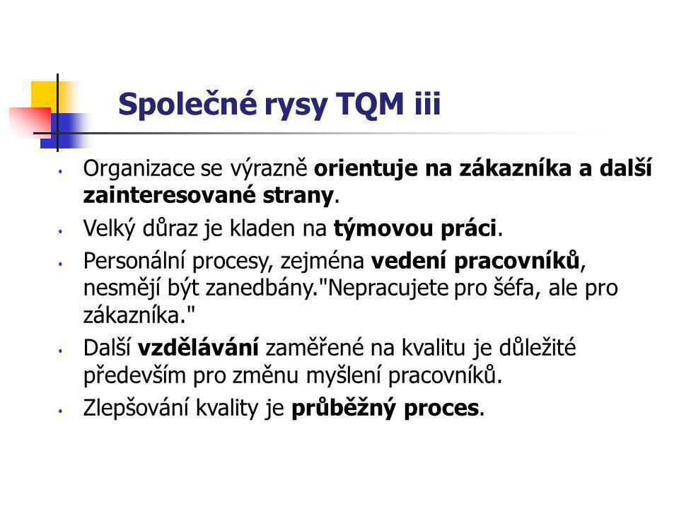 Společné rysy TQM iii Organizace se výrazně orientuje na zákazníka a další zainteresované strany.