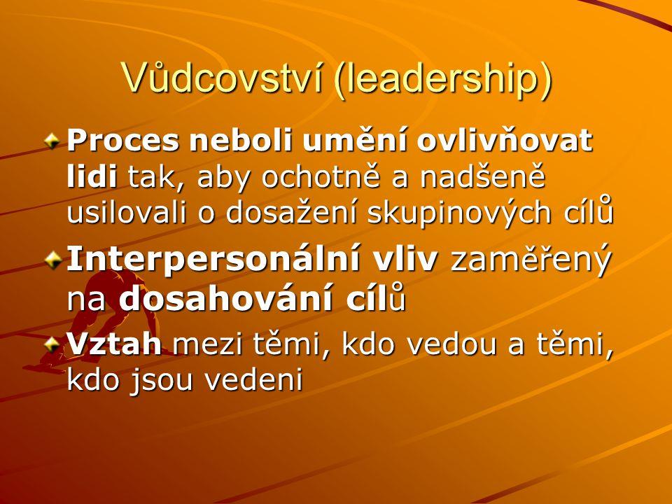 Vůdcovství (leadership) Proces neboli umění ovlivňovat lidi tak, aby ochotně a nadšeně usilovali o dosažení skupinových cílů Interpersonální vliv zam ěř ený na dosahování cíl ů Vztah mezi těmi, kdo vedou a těmi, kdo jsou vedeni