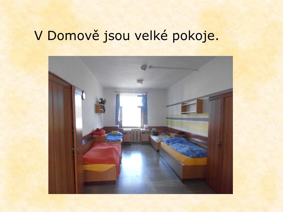 V Domově jsou velké pokoje.
