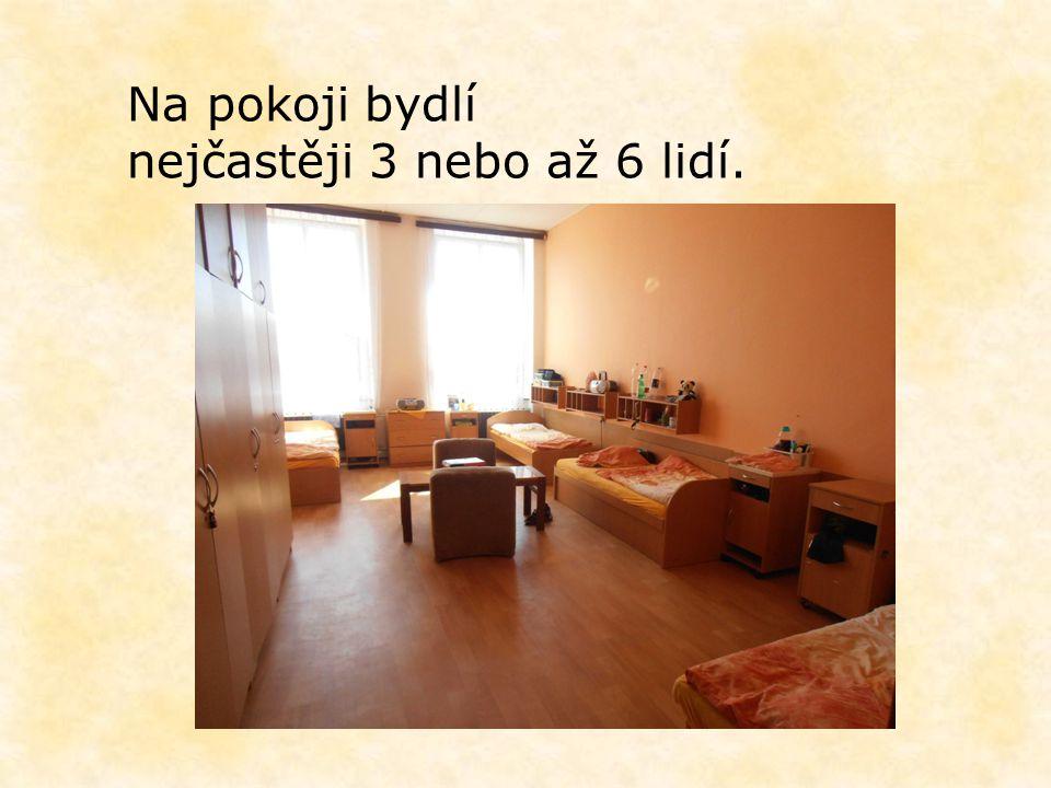 Na pokoji bydlí nejčastěji 3 nebo až 6 lidí.