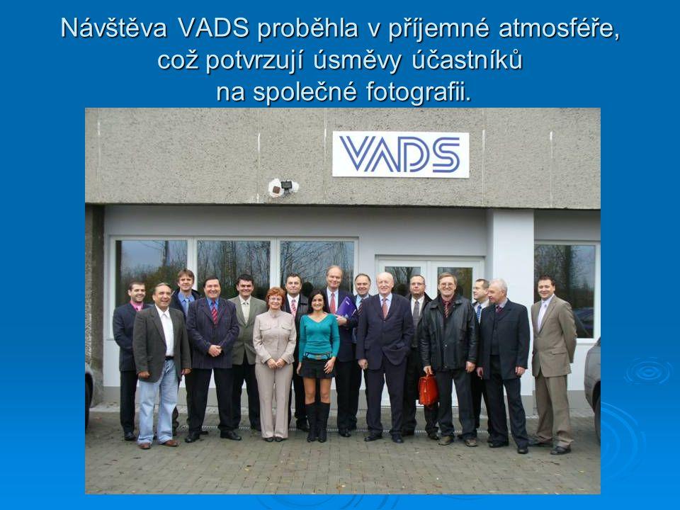 Návštěva VADS proběhla v příjemné atmosféře, což potvrzují úsměvy účastníků na společné fotografii.