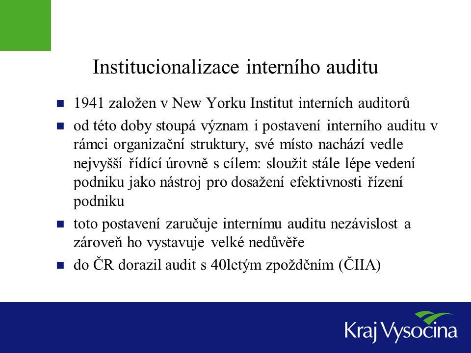 Tradiční definice auditu Interní audit je nezávislá vyhodnocovací funkce zřízená v organizaci pro zkoumání a vyhodnocování jejich činnosti jako služba organizaci hlavním cílem je napomáhat členům organizace při efektivním plnění jejich úkolů pro tento účel jim audit poskytuje analýzy, hodnocení, doporučení, konzultace a informace o posuzovaných činnostech podpora kontrolní činnosti v mezích rozumných nákladů