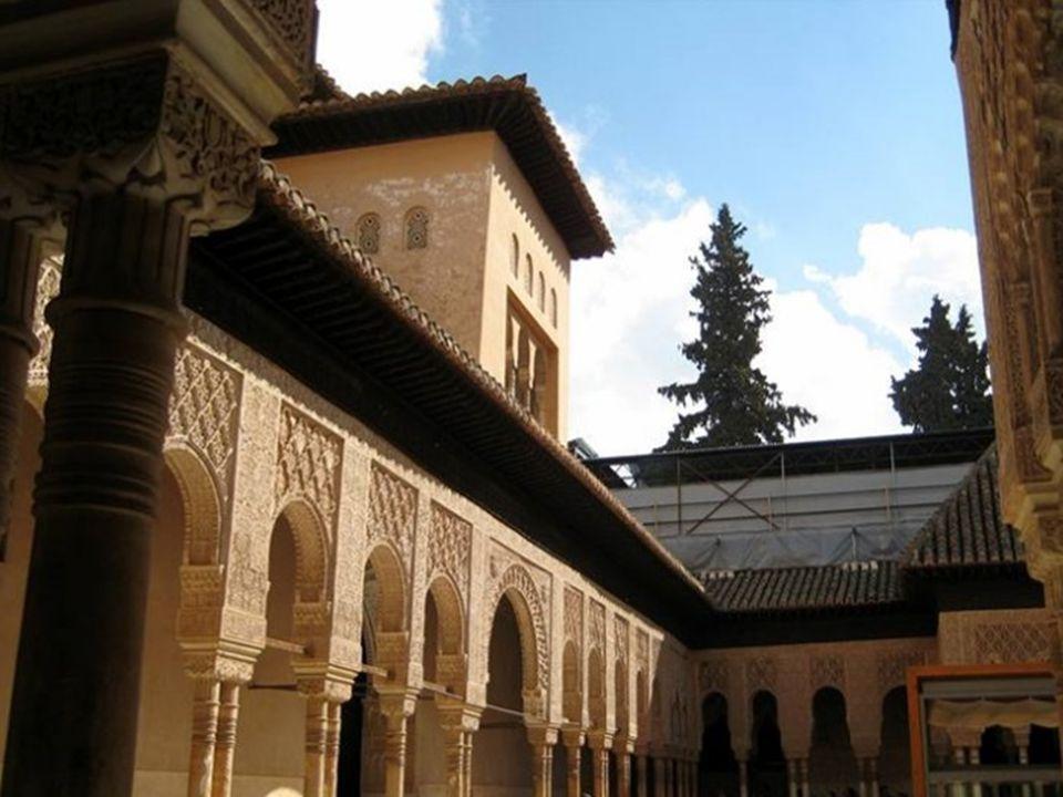 Palác Nasridovců (Casas Reales) je nejcennější částí Alhambry a je označován za vrcholné dílo maurského stavitelství.