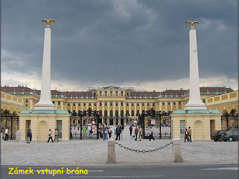 Schönbrunn byl původně barokní lovecký zámeček. Později zde nechal císař Karel VI. postavit rozsáhlejší zámecký komplex, který dala jeho dcera Marie T