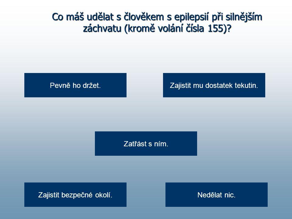 Co máš udělat s člověkem s epilepsií při silnějším záchvatu (kromě volání čísla 155).