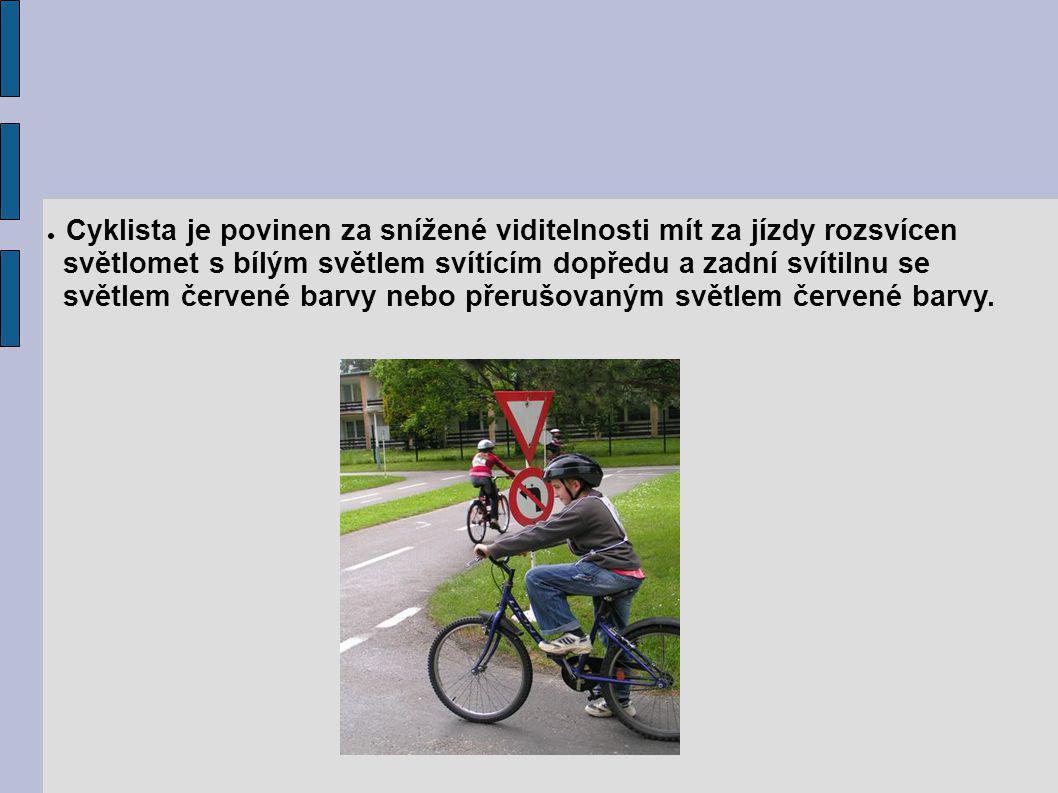 Cyklista je povinen za snížené viditelnosti mít za jízdy rozsvícen světlomet s bílým světlem svítícím dopředu a zadní svítilnu se světlem červené barvy nebo přerušovaným světlem červené barvy.