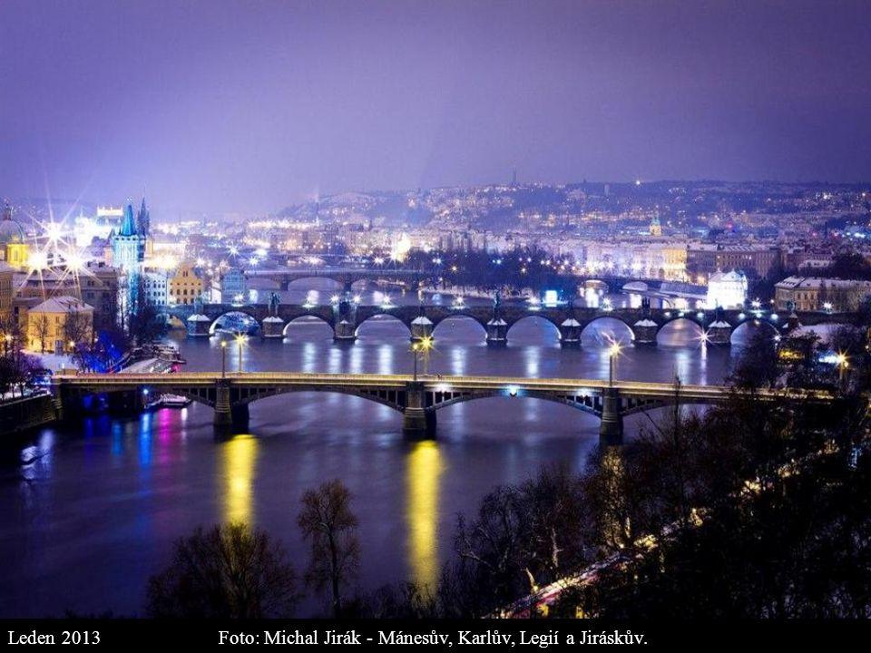 Foto: Michal Grosman - Průhled z Jánského vršku na Dům u Zlaté podkovy v Nerudově ulici... Leden 2013