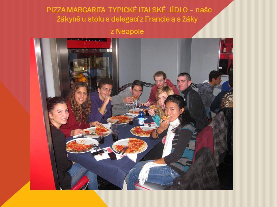 PIZZA MARGARITA TYPICKÉ ITALSKÉ JÍDLO – naše žákyně u stolu s delegací z Francie a s žáky z Neapole