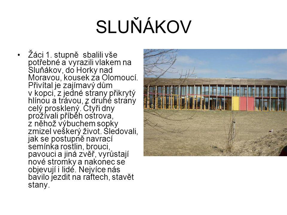 SLUŇÁKOV Žáci 1. stupně sbalili vše potřebné a vyrazili vlakem na Sluňákov, do Horky nad Moravou, kousek za Olomoucí. Přivítal je zajímavý dům v kopci