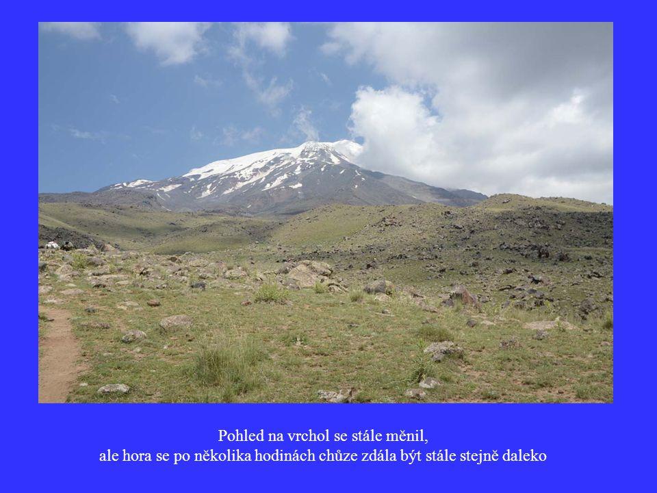 Pohled na vrchol se stále měnil, ale hora se po několika hodinách chůze zdála být stále stejně daleko