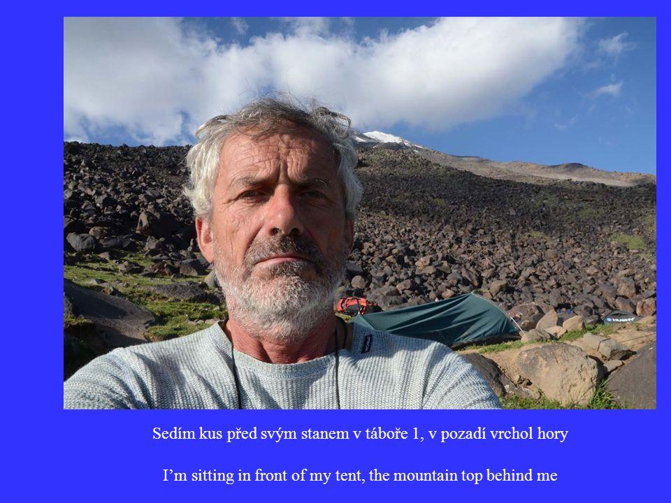 Sedím kus před svým stanem v táboře 1, v pozadí vrchol hory I'm sitting in front of my tent, the mountain top behind me