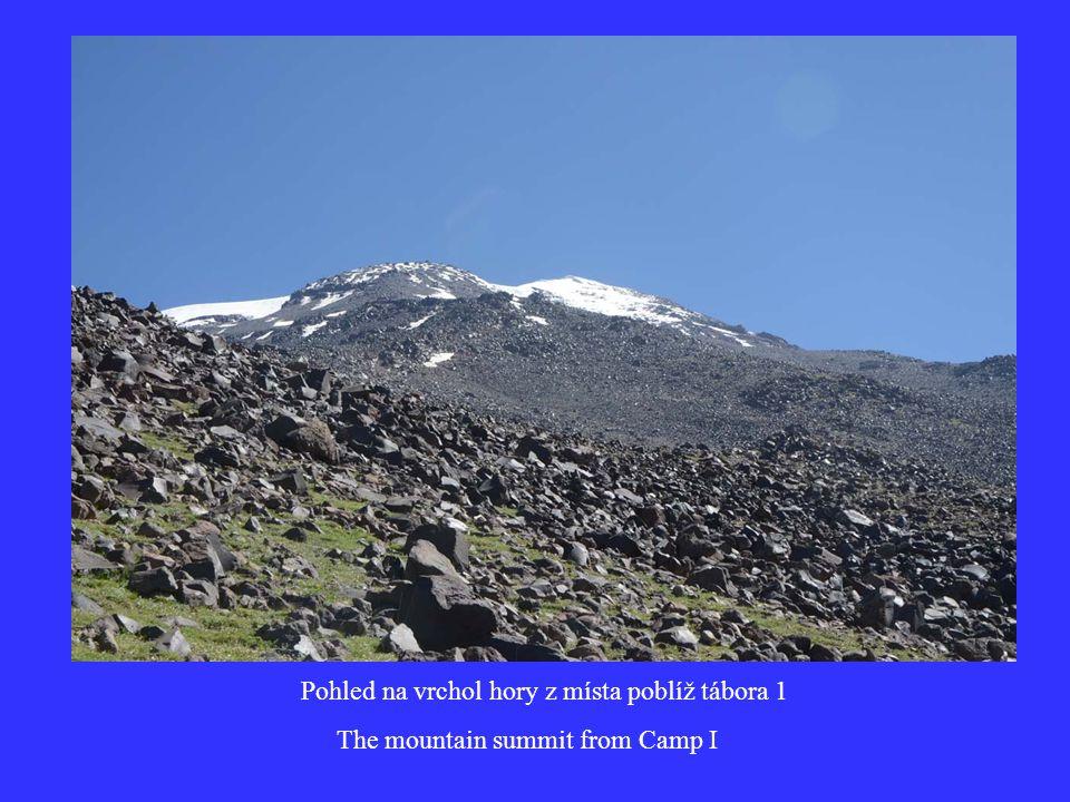 Pohled na vrchol hory z místa poblíž tábora 1 The mountain summit from Camp I