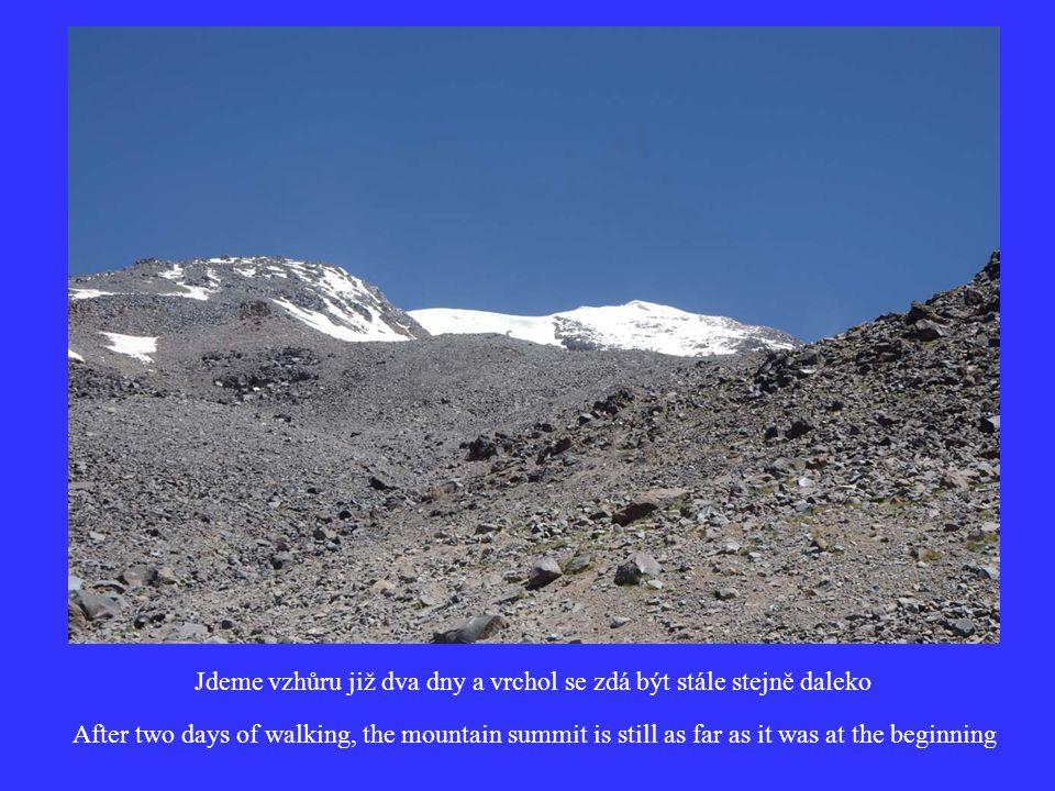 Jdeme vzhůru již dva dny a vrchol se zdá být stále stejně daleko After two days of walking, the mountain summit is still as far as it was at the beginning